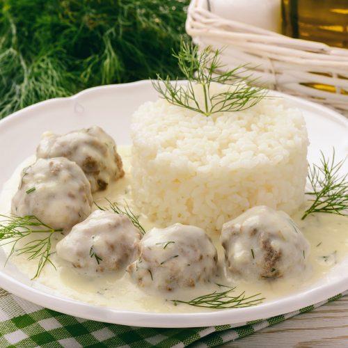 Рис с тефтелями в соусе бешамель с укропом