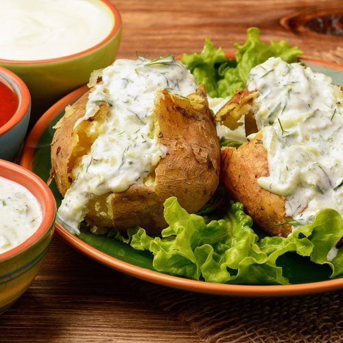 Запеченный картофель с чесночно-йогуртовым соусом