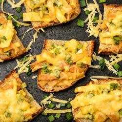 Горячие тосты с омлетом, зеленым луком и сыром