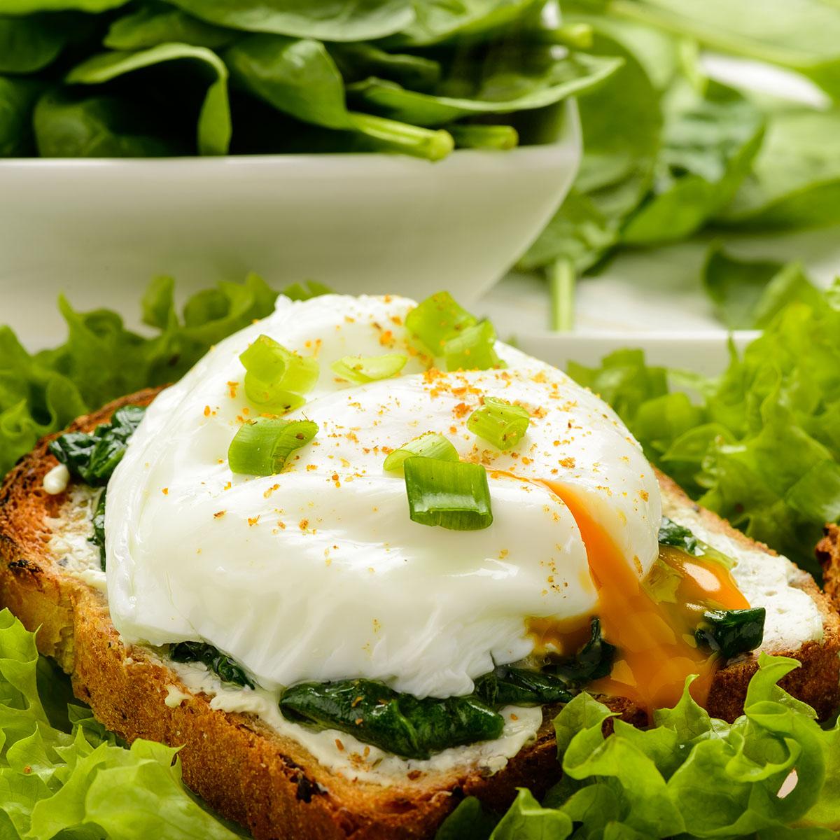 Бутерброды с творожным сыром, шпинатом и яйцом пашот