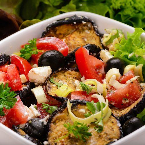 Салат с баклажанами, помидорами, маслинами и фетой
