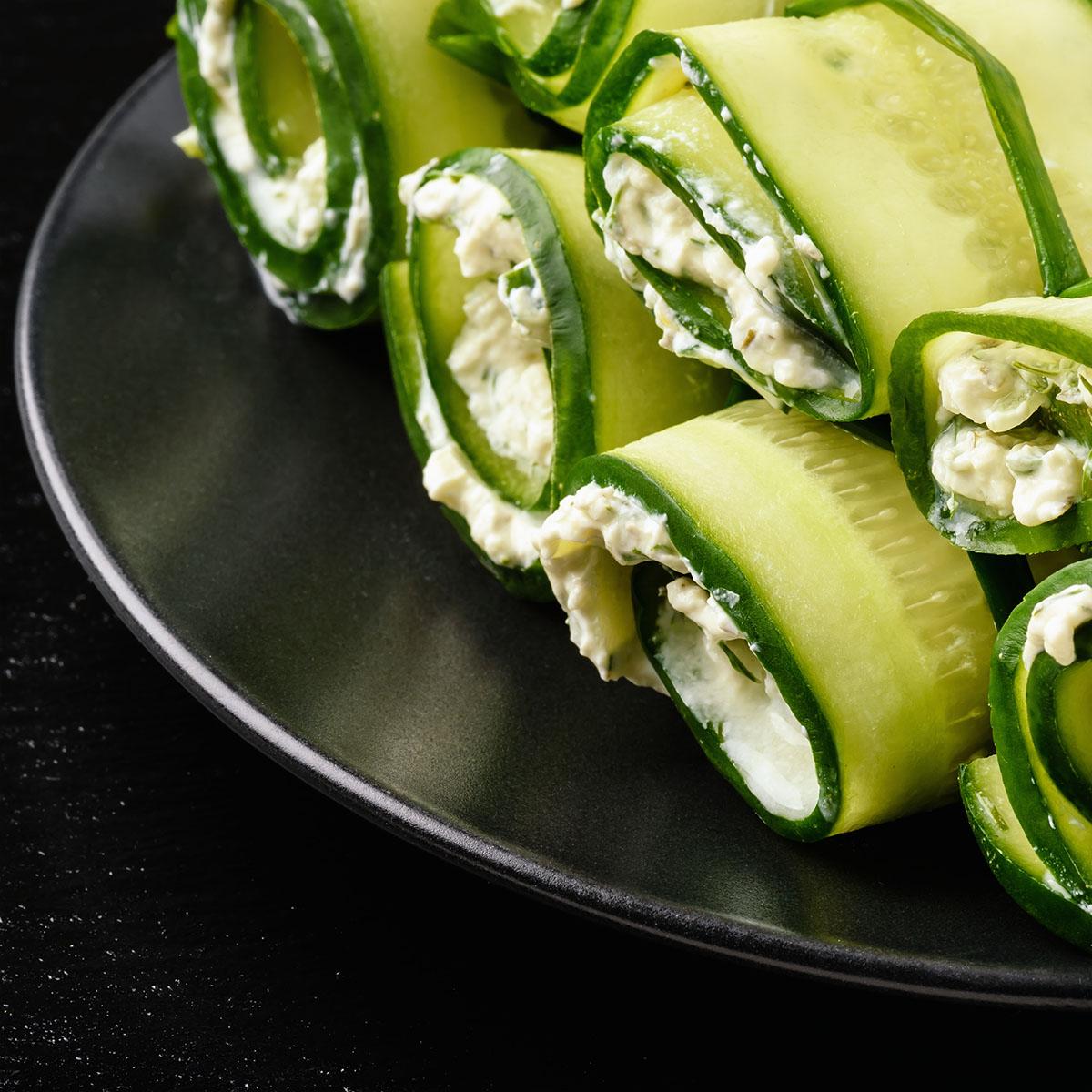 Свежие огурцы, фаршированные творожным сыром с зеленью и чесноком
