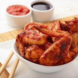 Запеченные острые куриные крылышки, маринованные в имбирном соусе