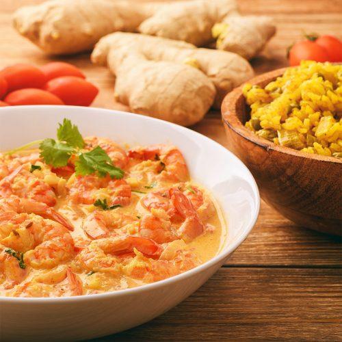 Креветки по-индийски и рис с карри и зеленым горошком
