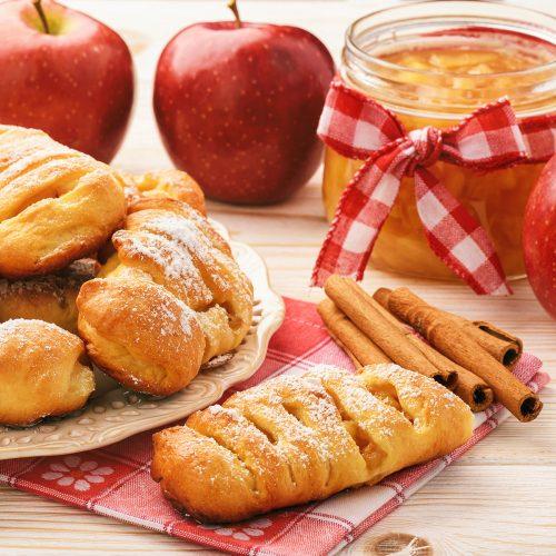 Дрожжевые булочки с яблочным джемом и корицей