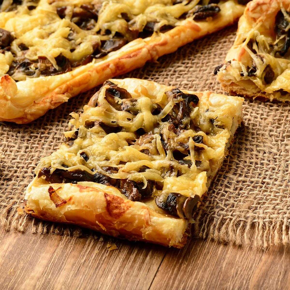 Открытый пирог из слоеного теста с грибами и сыром