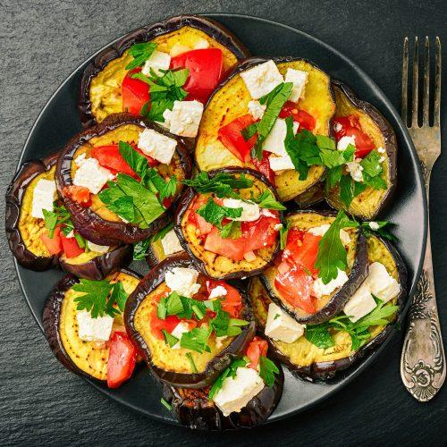 Баклажаны с фетой, помидорами и зеленью