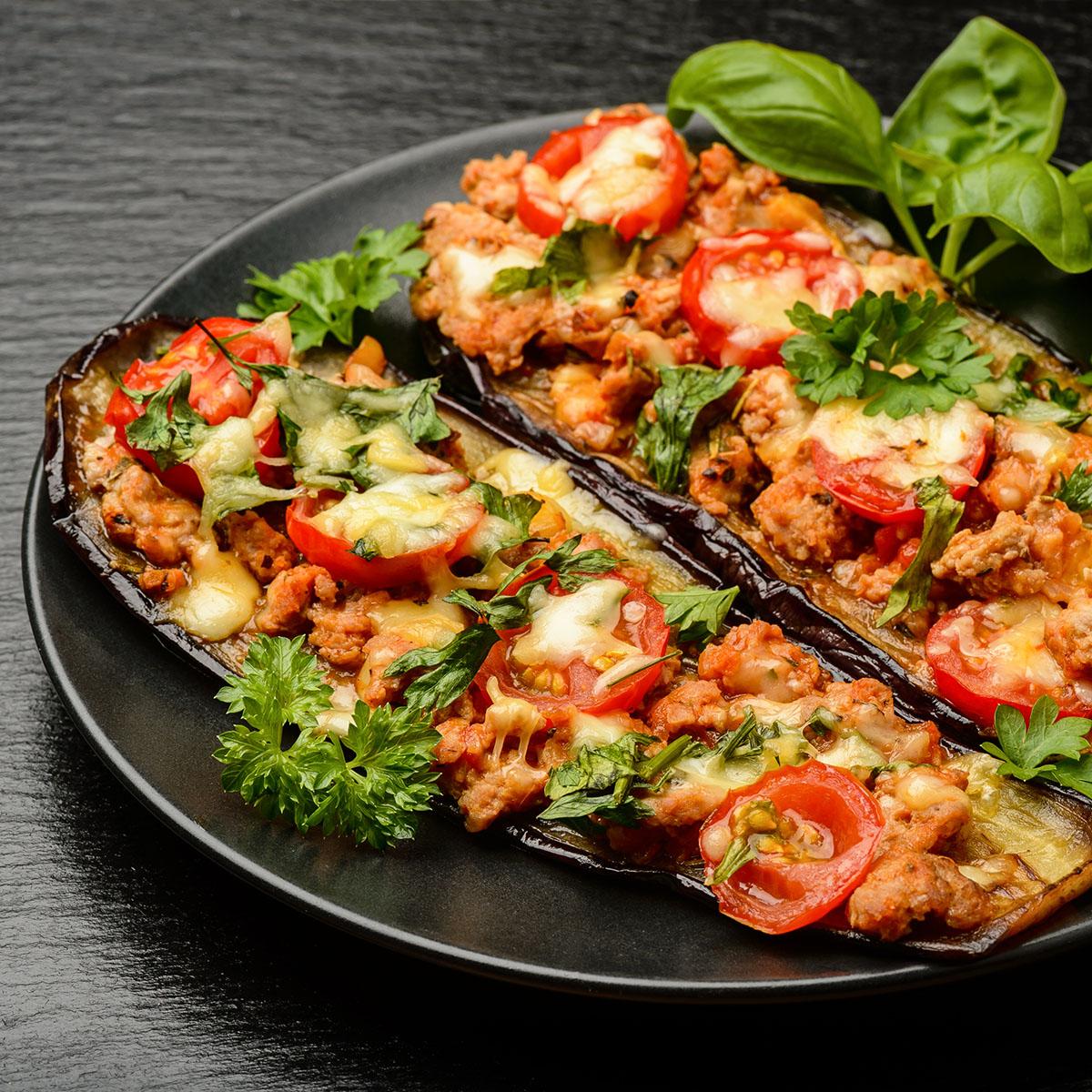 Баклажаны, запеченные с мясным фаршем, помидорами и сыром