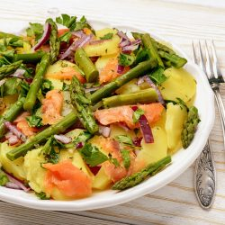 Салат со спаржей, картофелем и копченой семгой