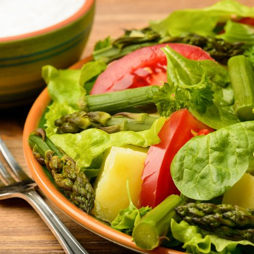 Салат со спаржей, картофелем и помидорами