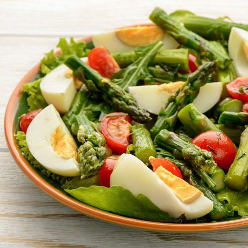 Салат со спаржей, яйцами и помидорами