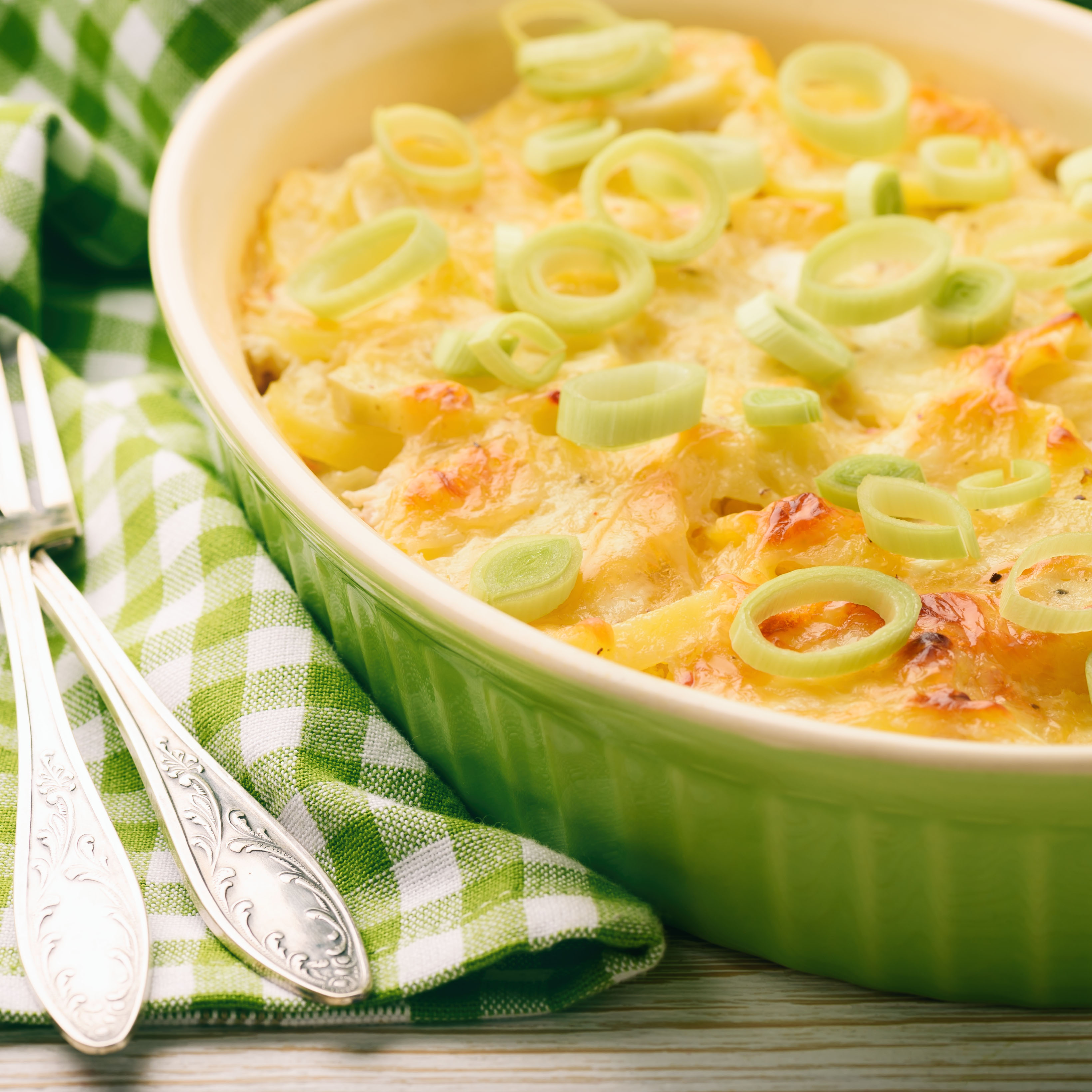 Запеканка с куриным филе, луком-пореем и сыром