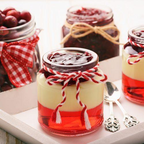 Десерт с ягодным желе и ванильным пуддингом