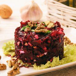 Свекольный салат с орехами и чесноком