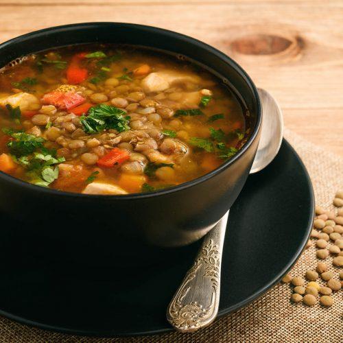 Суп с зеленой чечевицей, куриным мясом и овощами