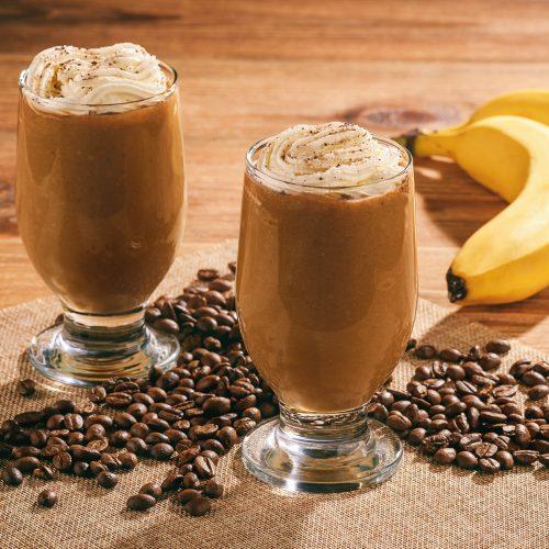 Кофейно-молочно-банановый коктейль со взбитыми сливками