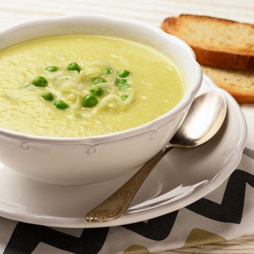 Суп-пюре с луком-пореем, картошкой и зеленым горошком