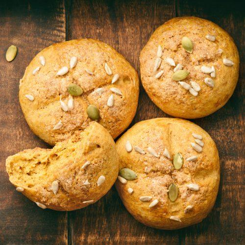 Сладкие булочки с печеной тыквой, корицей и имбирем