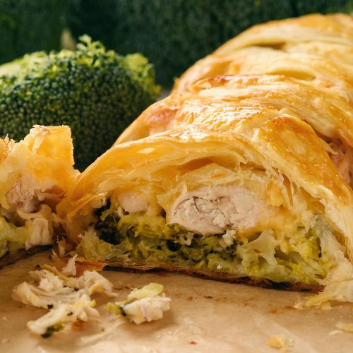 Пирог с брокколи, куриным филе и сыром в слоеном тесте
