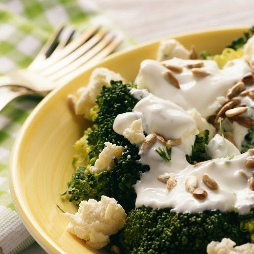 Диетический салат с брокколи, фетой и чесночным соусом