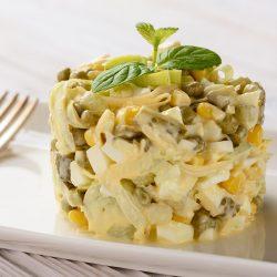 Салат с луком-пореем, зеленым горошком, кукурузой и яйцами