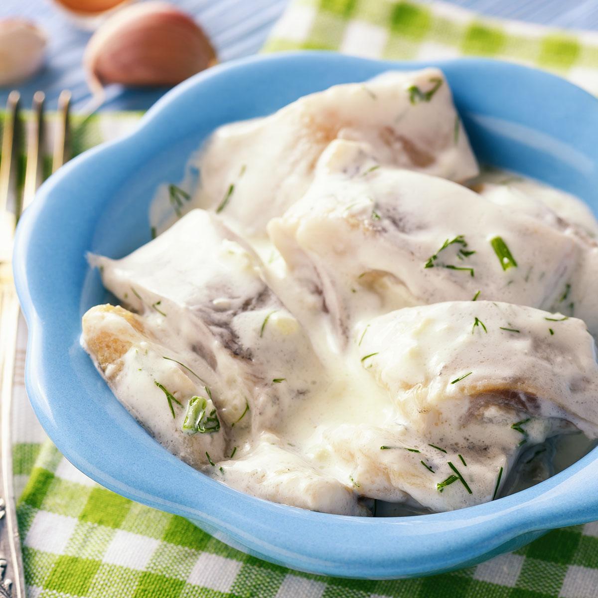 Селедка в сметанно-йогуртовом соусе с укропом