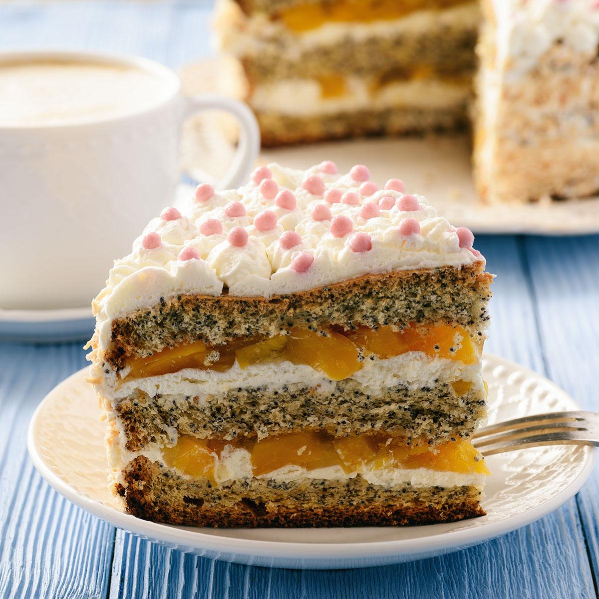 Маковый торт со взбитыми сливками и персиками