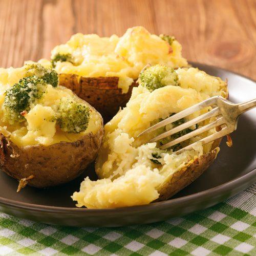 Запеченный картофель, фаршированный брокколи и сыром