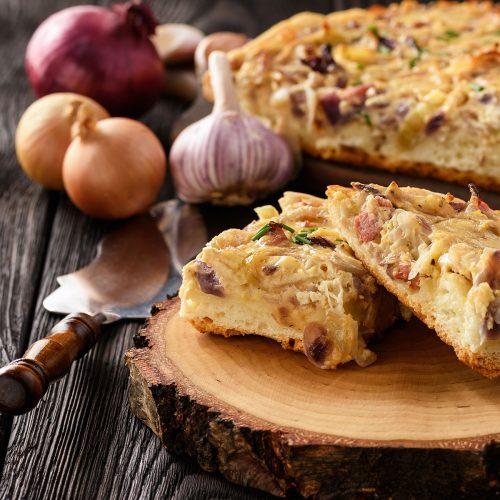 Дрожжевой пирог с луком, сыром и копченой грудинкой