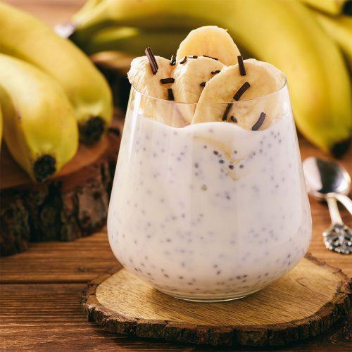 Йогуртовый десерт с бананами, семенами чиа и медом