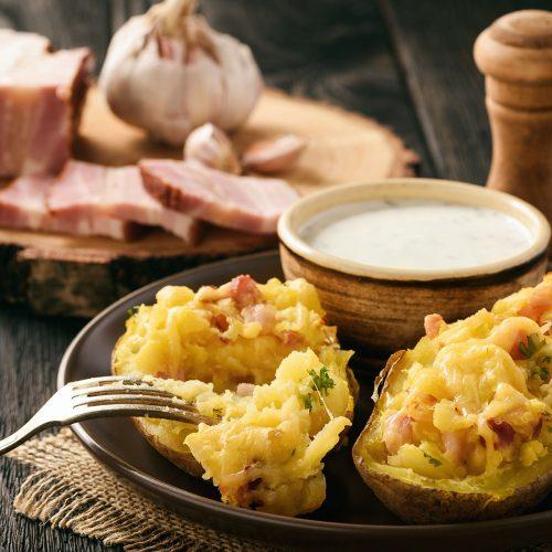 Фаршированный сыром и беконом картофель, запеченный в духовке