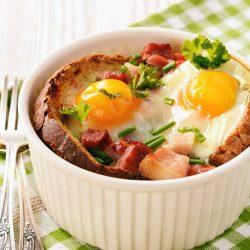 Яйца, запеченные в духовке с хлебом, ветчиной и помидорами