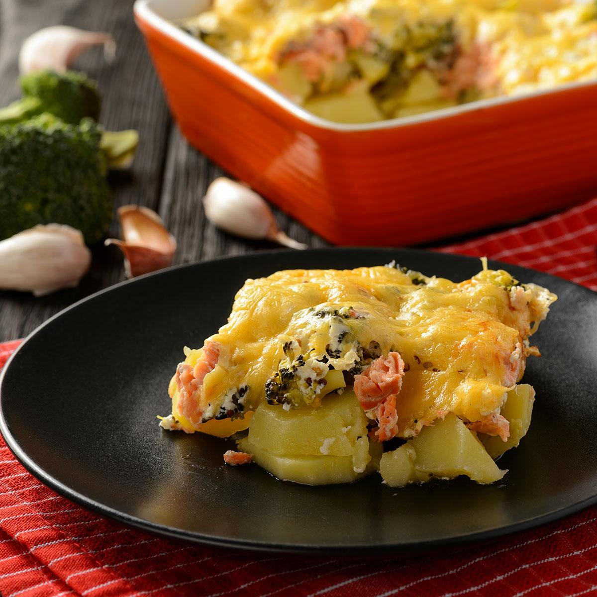 Запеканка с форелью, картофелем и брокколи