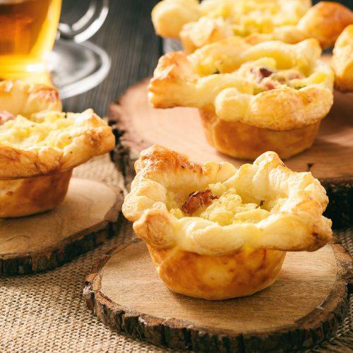 Тарталетки из слоеного теста с картофельным пюре, беконом и сыром