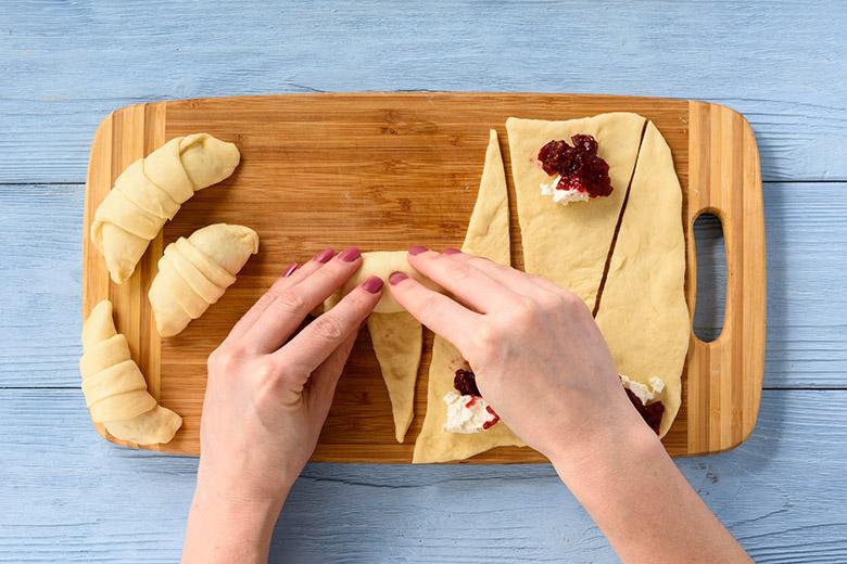 Рогалики из дрожжевого теста с начинкой из сливочного сыра и вишневого джема