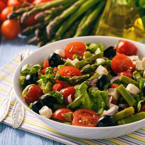 Салат со спаржей, помидорами, фетой и оливками