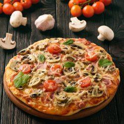 Пицца с ветчиной, шампиньонами и сыром