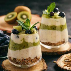 Десерт с йогуртом, мюсли, бананами, киви и голубикой
