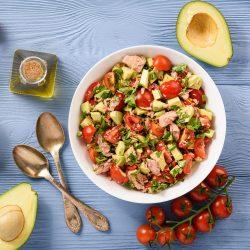 Фит-салат с авокадо, тунцом и помидорами