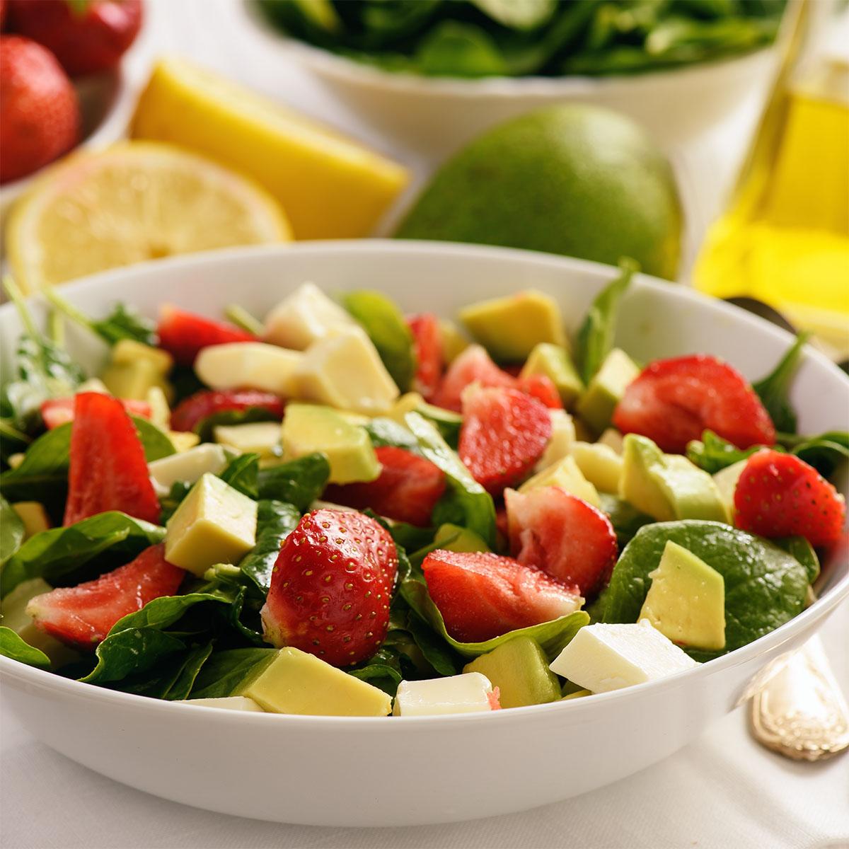 Салат со шпинатом, клубникой, авокадо и сыром.