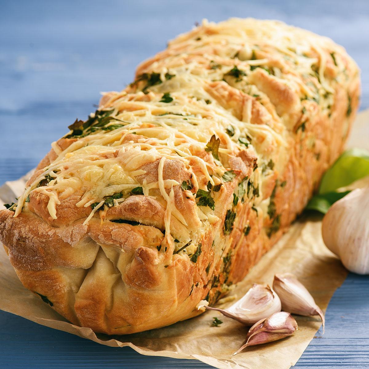 Хлеб с зеленью, чесноком и сыром