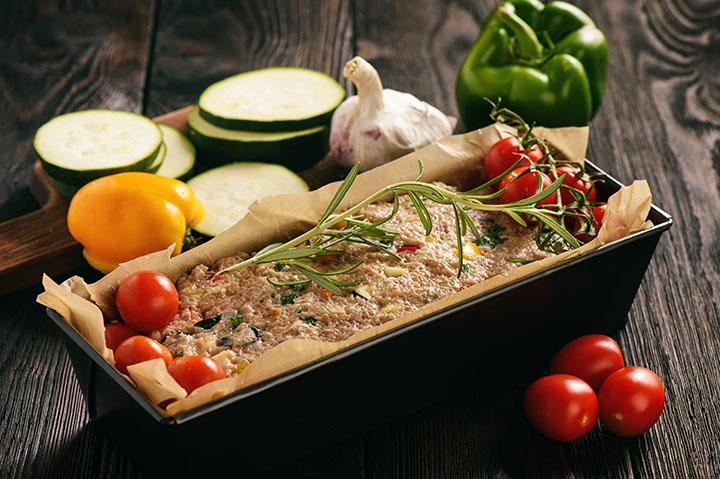 Мясной хлеб по-гречески с соусом дзадзики